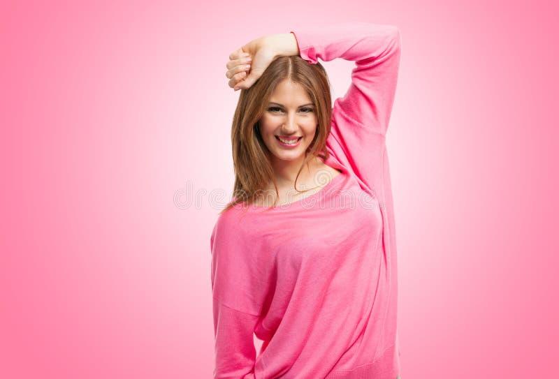 Retrato sonriente de la mujer contra fondo rosado fotografía de archivo