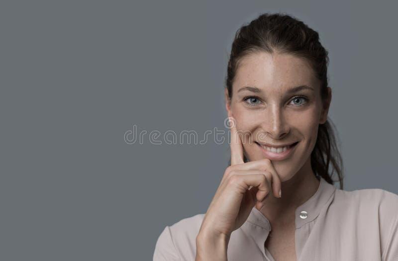 Retrato sonriente de la mujer joven imagenes de archivo