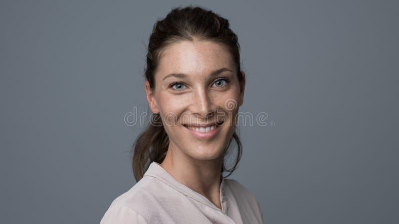 Retrato sonriente de la mujer joven foto de archivo