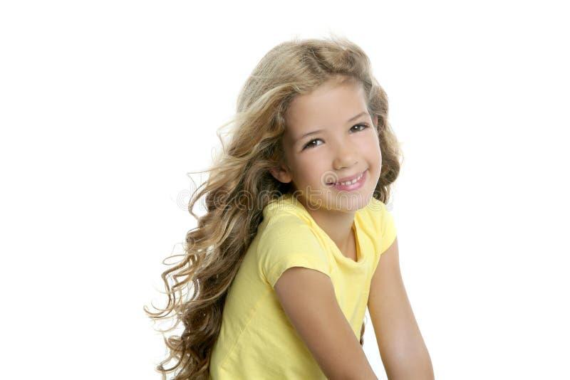 Retrato sonriente de la pequeña muchacha rubia aislado en blanco fotos de archivo