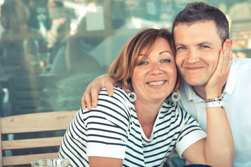 Retrato sonriente de los pares de la mujer hermosa del hombre que abraza junto forma de vida de la relación del matrimonio feliz foto de archivo