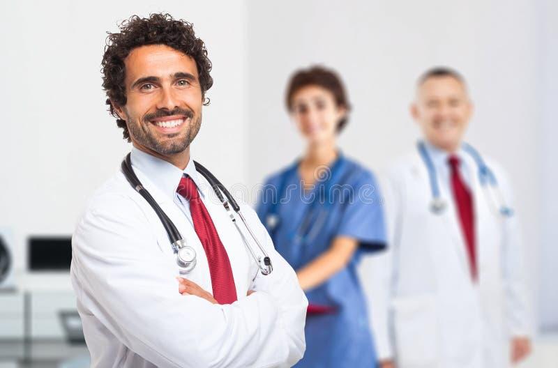 Retrato sonriente del doctor con su equipo imagen de archivo libre de regalías