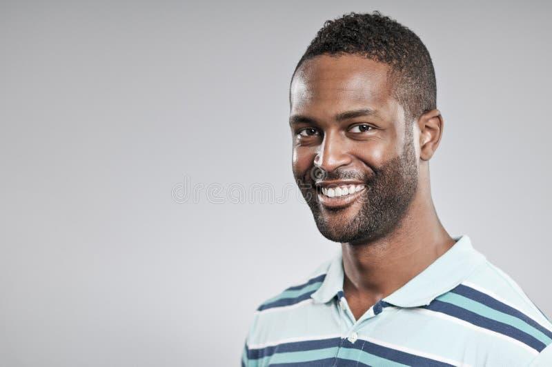 Retrato sonriente del hombre afroamericano fotos de archivo