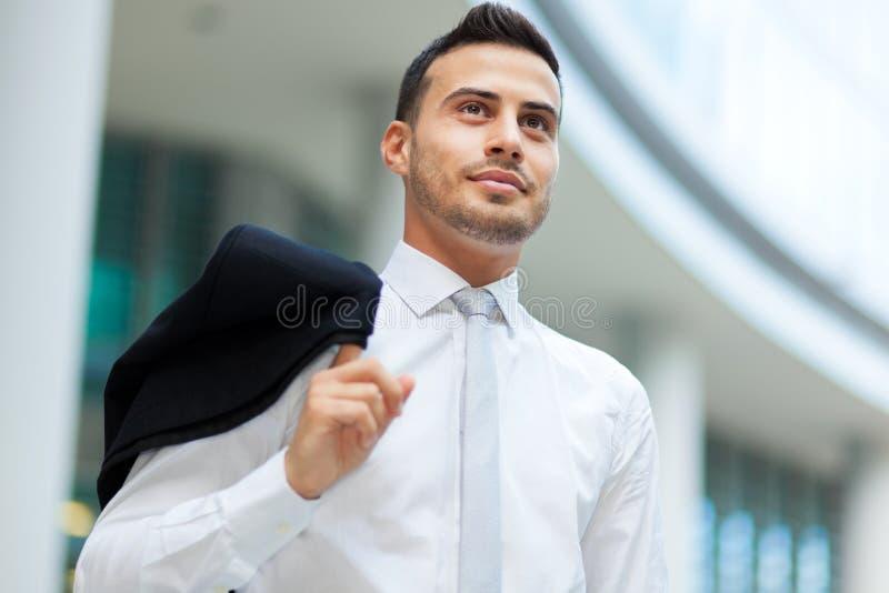 Retrato sonriente del hombre de negocios al aire libre imagenes de archivo