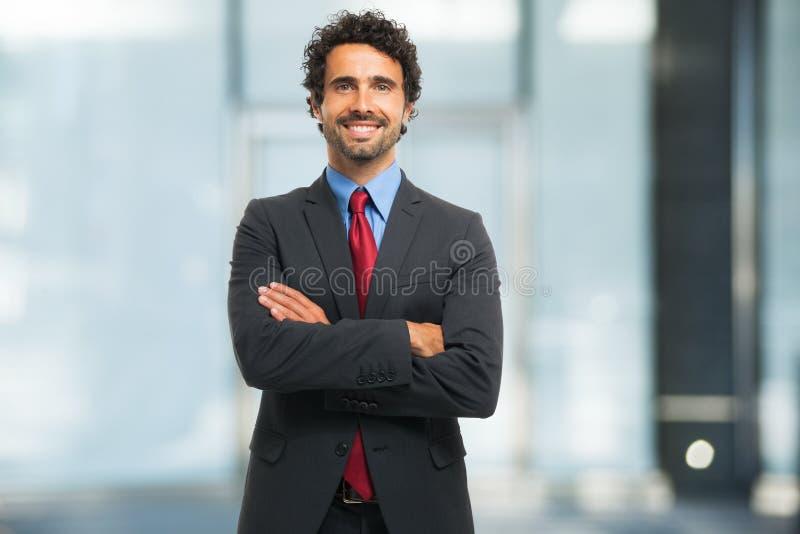 Retrato sonriente del hombre de negocios en la oficina fotografía de archivo libre de regalías