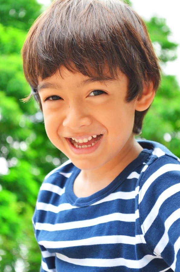 Retrato sonriente del niño pequeño imagenes de archivo
