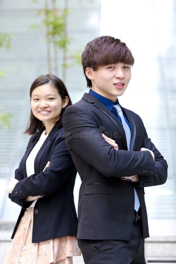 Retrato sonriente del varón asiático joven y del ejecutivo de operaciones de sexo femenino foto de archivo libre de regalías