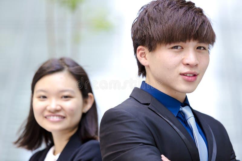 Retrato sonriente del varón asiático joven y del ejecutivo de operaciones de sexo femenino fotos de archivo libres de regalías