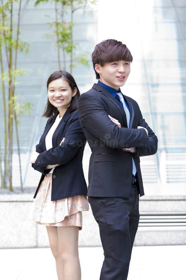 Retrato sonriente del varón asiático joven y del ejecutivo de operaciones de sexo femenino imagen de archivo libre de regalías