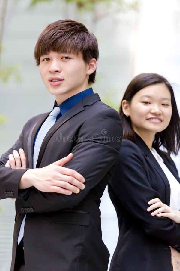 Retrato sonriente del varón asiático joven y del ejecutivo de operaciones de sexo femenino fotografía de archivo libre de regalías