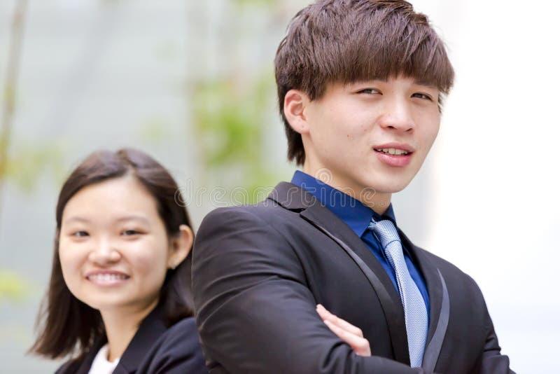 Retrato sonriente del varón asiático joven y del ejecutivo de operaciones de sexo femenino imágenes de archivo libres de regalías