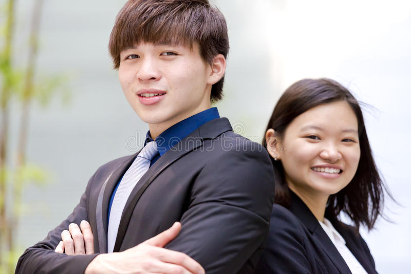 Retrato sonriente del varón asiático joven y del ejecutivo de operaciones de sexo femenino fotografía de archivo