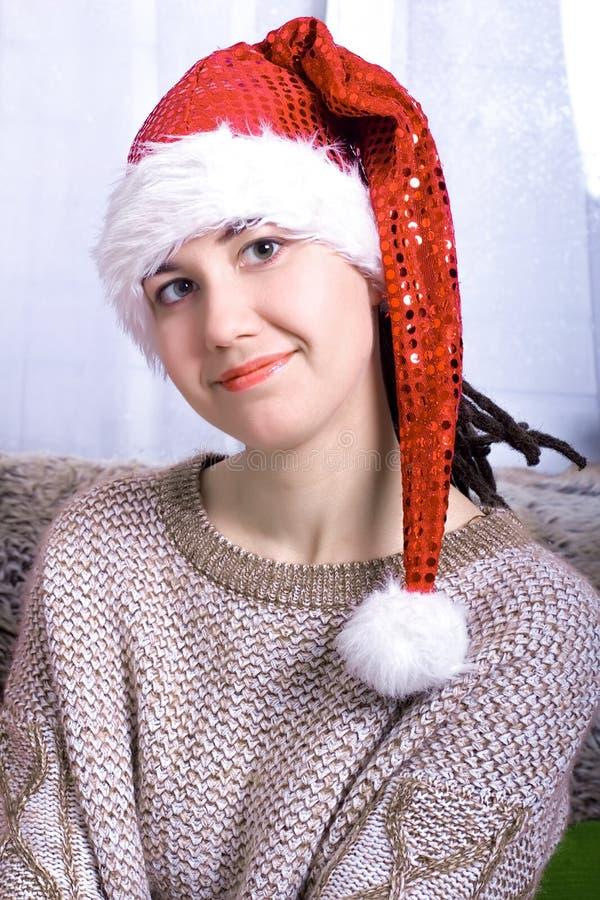Retrato sonriente feliz hermoso de la mujer que lleva el sombrero de Papá Noel imagenes de archivo