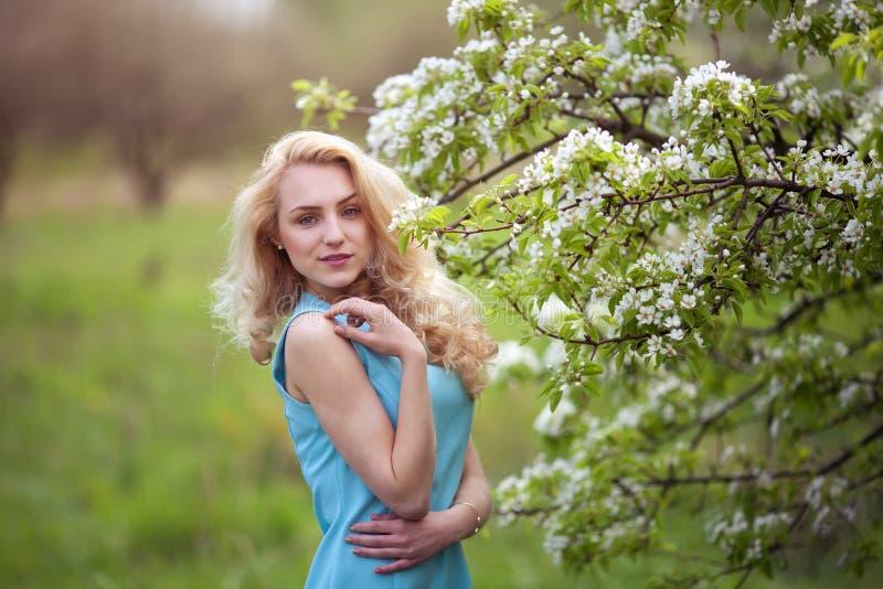 Retrato sonriente hermoso de la mujer al aire libre, calle feliz del verano de la muchacha imagen de archivo