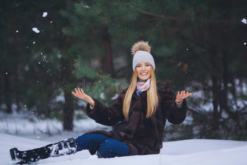 Retrato sonriente hermoso joven de la muchacha en bosque del invierno fotos de archivo libres de regalías