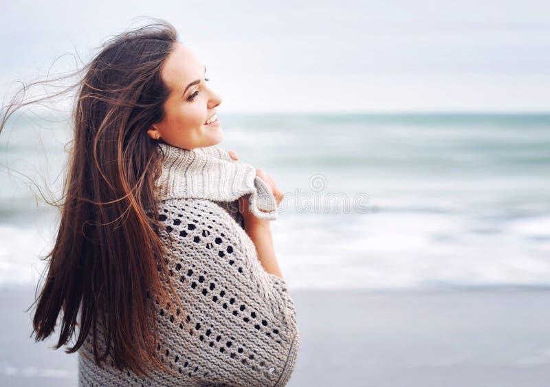 Retrato sonriente hermoso joven de la mujer contra fondo del océano foto de archivo libre de regalías