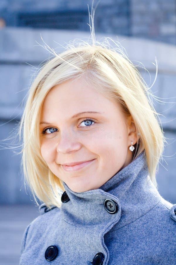 Retrato sonriente joven de la muchacha foto de archivo libre de regalías