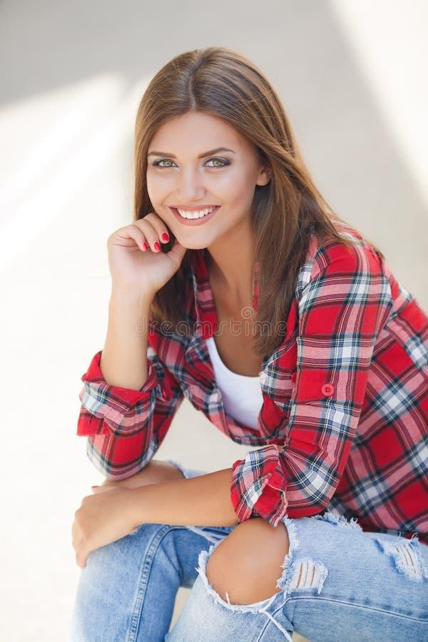 Retrato sonriente joven de la mujer al aire libre fotografía de archivo