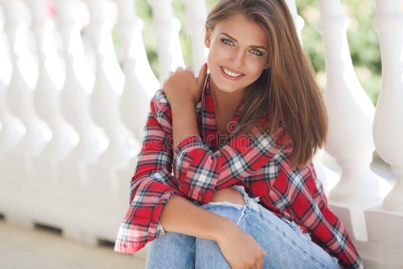 Retrato sonriente joven de la mujer al aire libre fotos de archivo libres de regalías