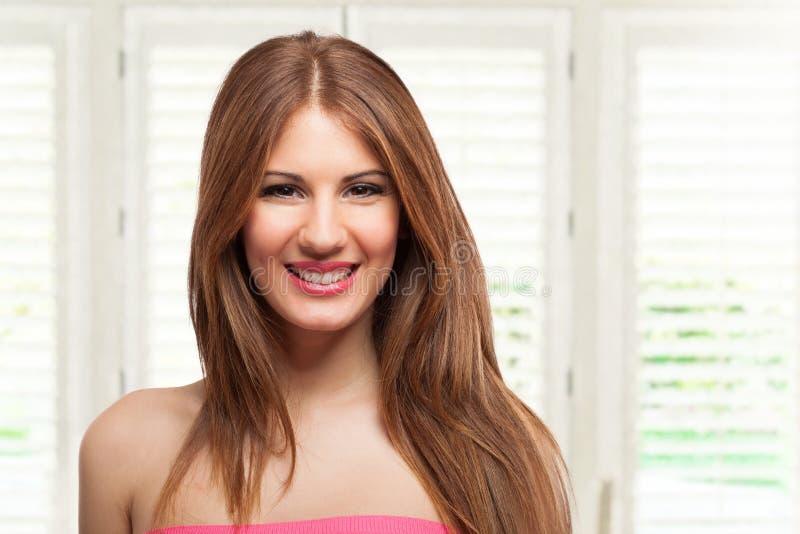 Retrato sonriente joven de la mujer en su casa fotos de archivo