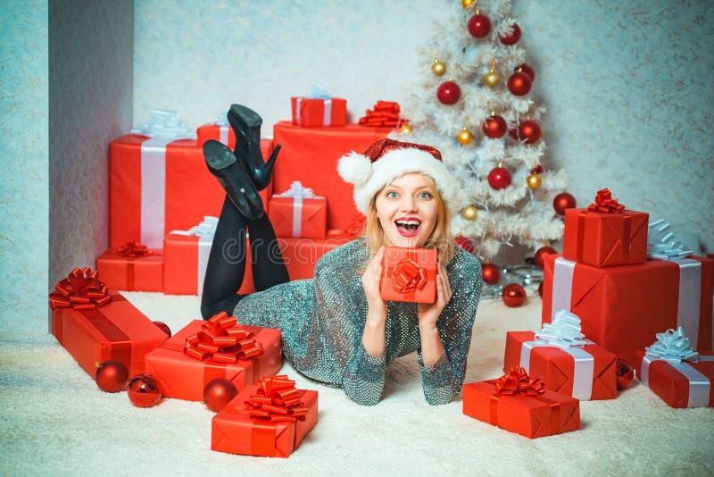 Retrato sorprendido de risa divertido de la mujer acontecimiento Tiempo de la Navidad Vestidos de la Navidad Sorpresa de diciembr foto de archivo libre de regalías