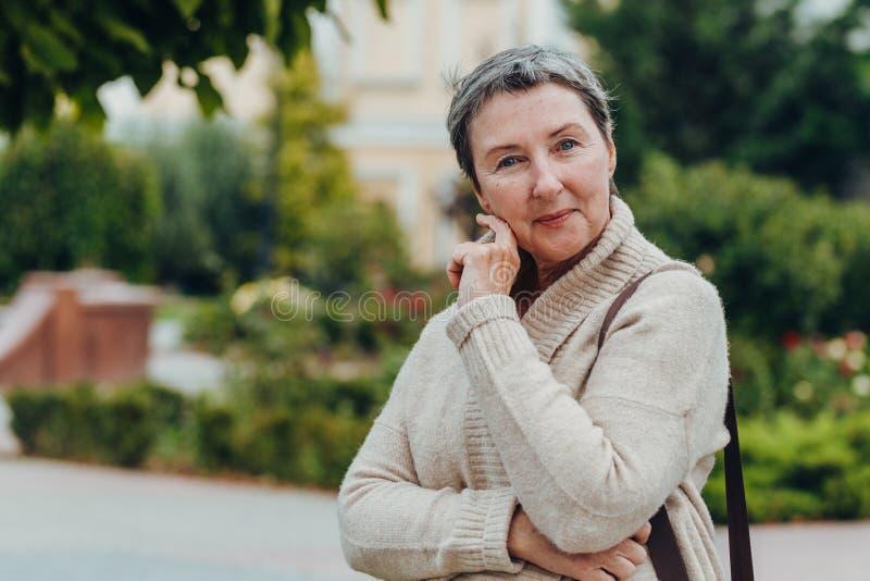 Retrato sorridente de velha conceito antienvelhecimento Retrato de uma bela mulher idosa fotos de stock royalty free