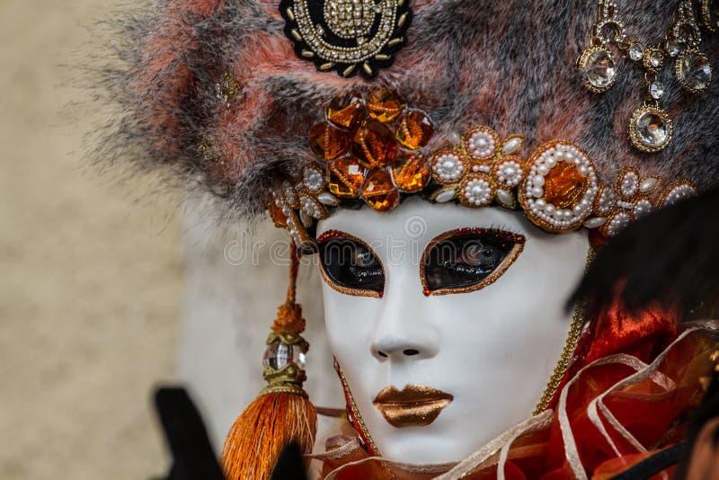 Retrato surpreendente com máscara venetian e olhos bonitos durante o carnaval de Veneza imagem de stock