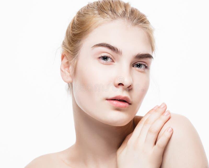 Retrato surpreendente de um cabelo louro da jovem mulher bonita com o close up perfeito da pele imagem de stock