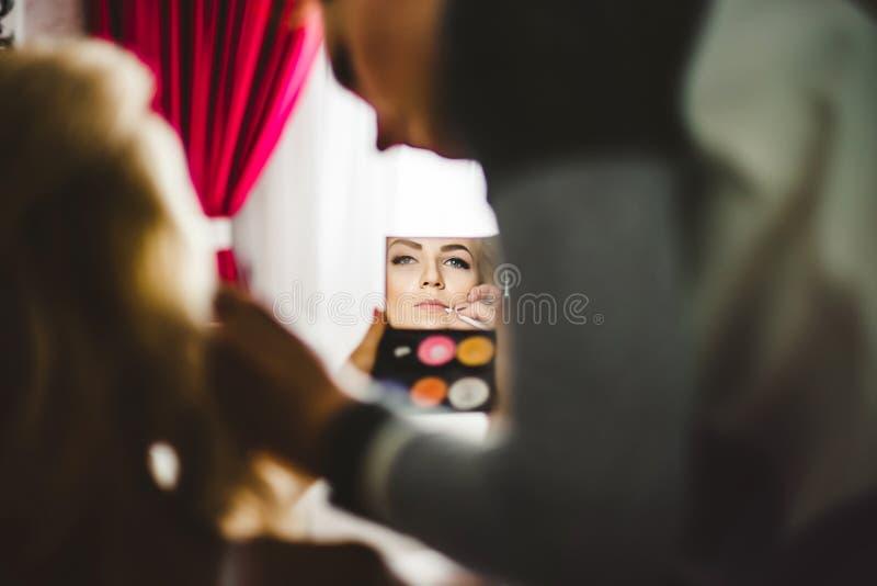 Retrato surrealista da jovem senhora que fazem a composição com espelho fotografia de stock