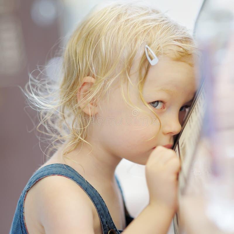 Retrato tímido da menina fotografia de stock