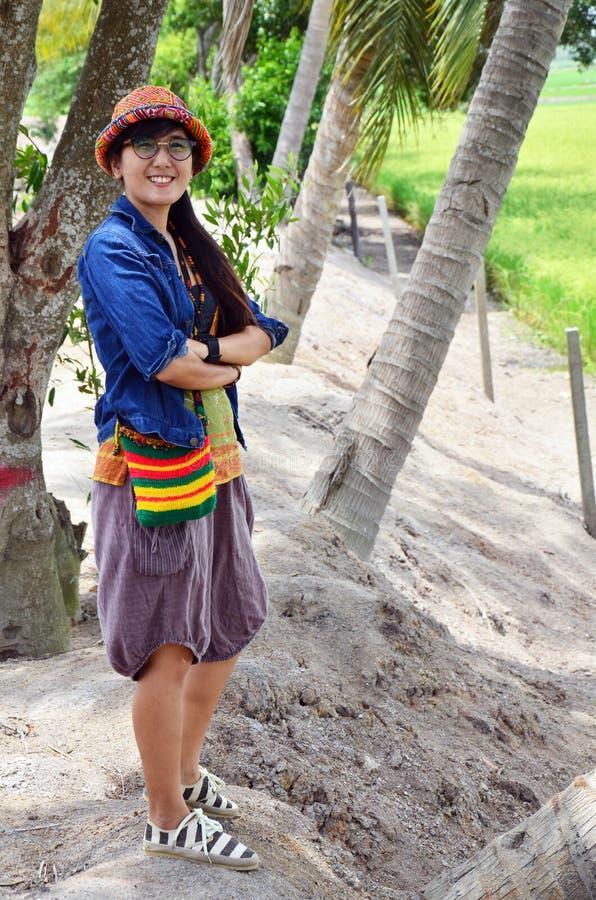 Retrato tailandés de las mujeres con arroz o el campo de arroz fotos de archivo