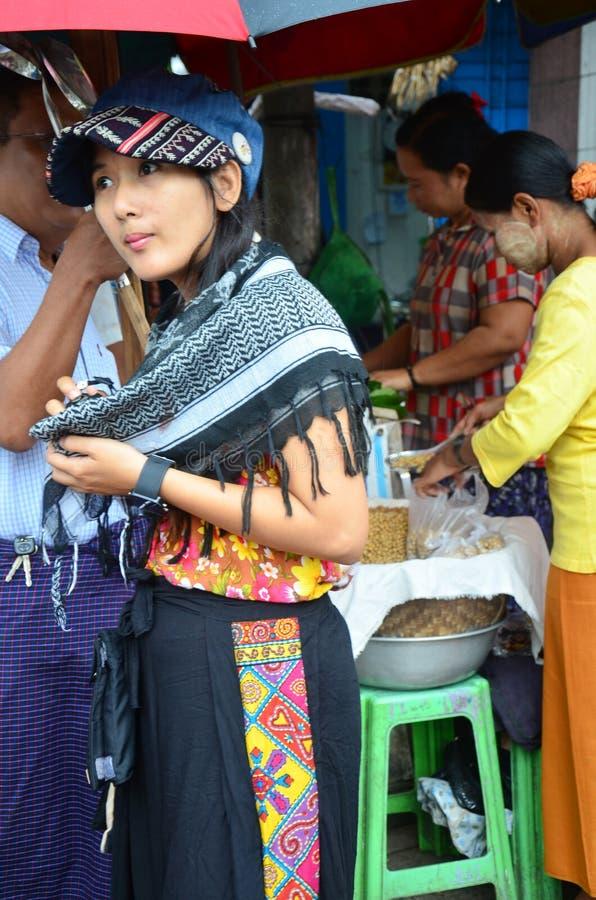 Retrato tailandés de las mujeres en el mercado de Rangoon fotografía de archivo