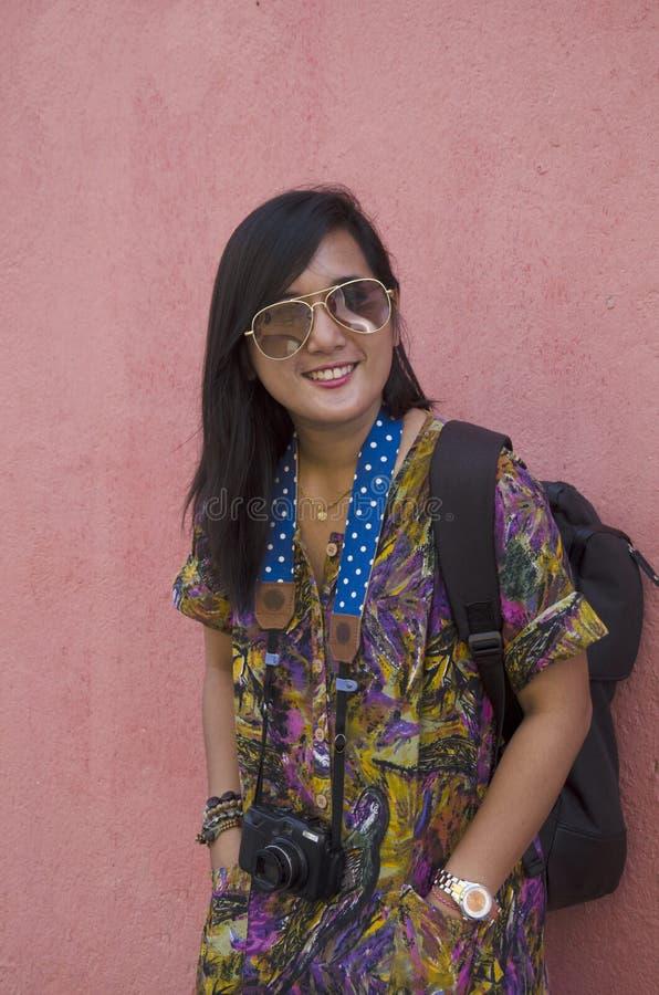 Retrato tailandês da mulher do viajante com fundo vermelho da parede foto de stock