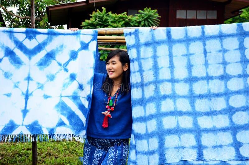 Retrato tailandês da mulher e levantamento com o coágulo tailandês tradicional do mauhom foto de stock royalty free