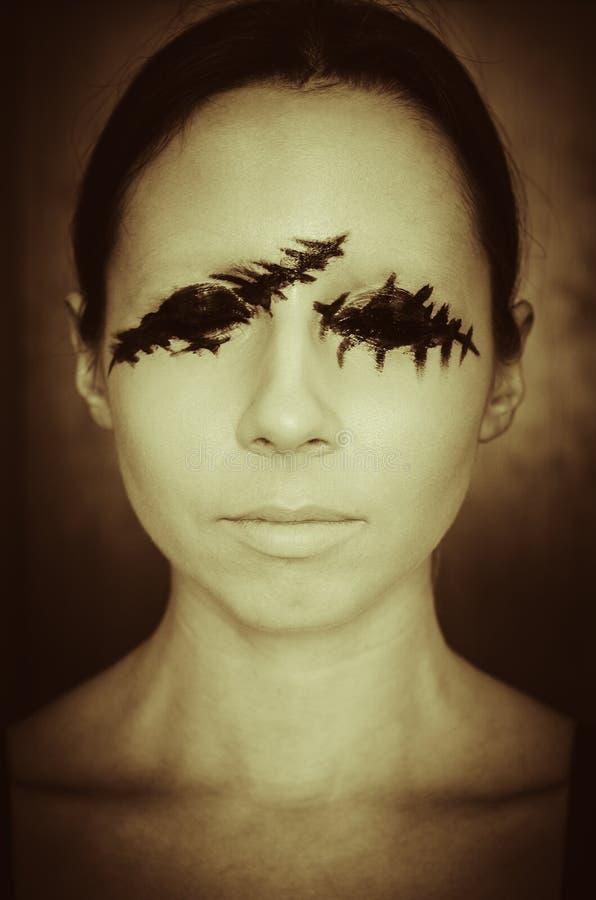 Retrato temível de uma jovem mulher sem os olhos em retro escuro do fundo tonificado fotos de stock royalty free