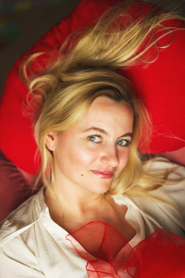 Retrato tonificado de um sorriso novo bonito da mulher da forma imagens de stock