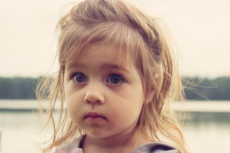 Retrato tonificado do close up da menina bonita com os olhos tristes grandes imagens de stock