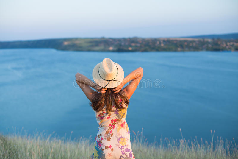 Retrato traseiro da opinião do verão da jovem mulher que veste um chapéu fotos de stock