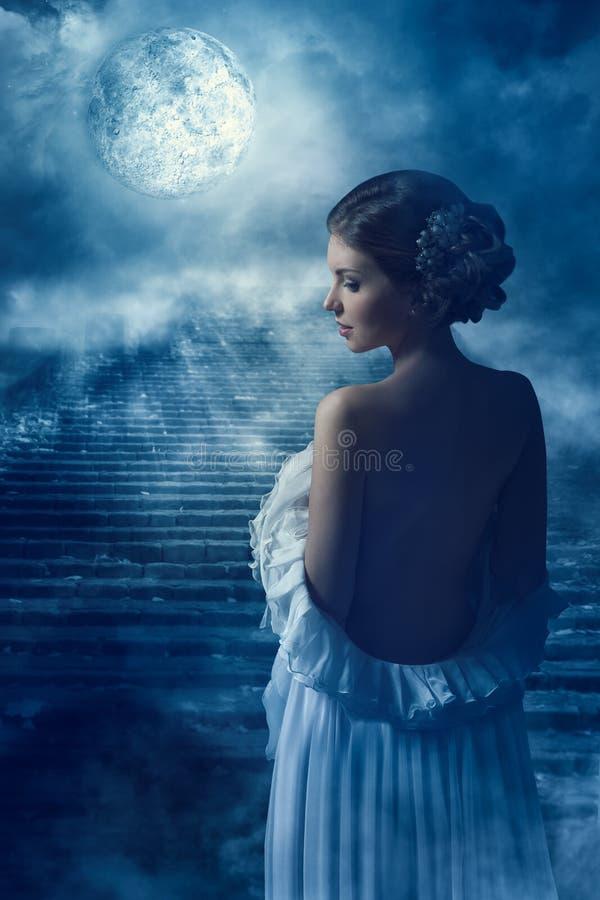 Retrato traseiro da opinião traseira da mulher da fantasia na luz de lua, menina místico feericamente na noite imagens de stock