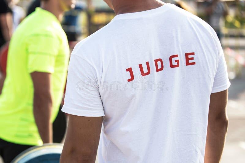 Retrato traseiro da vista de um juiz dos esportes imagens de stock royalty free
