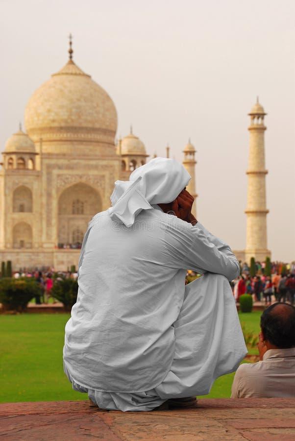 Retrato traseiro de um homem indiano que olha profundamente em Taj Mahal majestoso em Agra, Uttar Pradesh, Índia imagem de stock royalty free