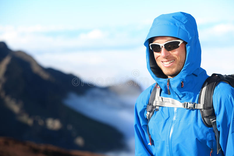 Retrato trekking do homem do caminhante foto de stock royalty free
