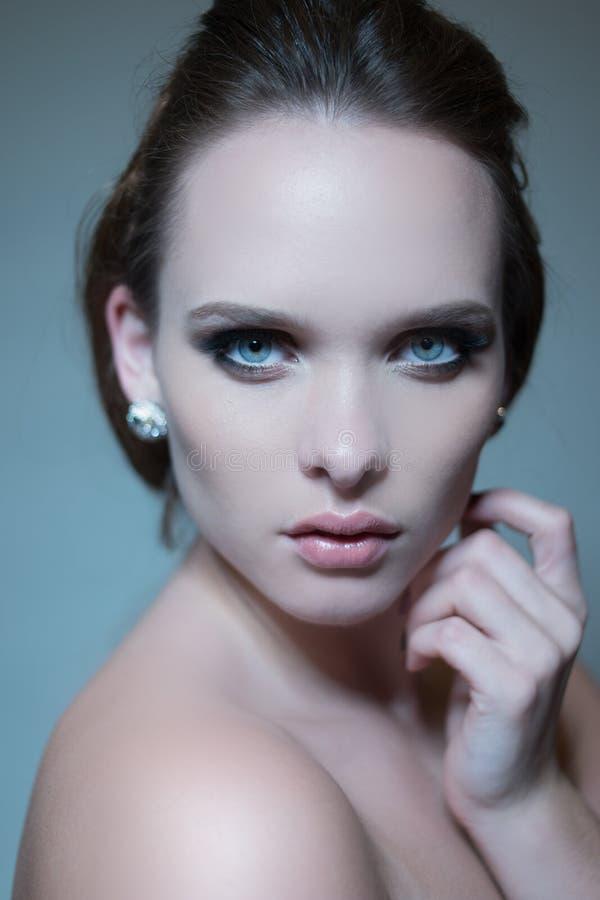 Retrato triguenho bonito da mulher imagens de stock