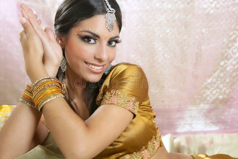 Retrato triguenho indiano bonito da mulher imagens de stock
