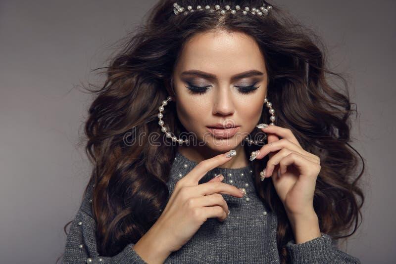 Retrato trigueno atractivo Maquillaje de la belleza Sistema de la joyería de las perlas Estilo de pelo largo rizado Clavos Manicu imagen de archivo libre de regalías