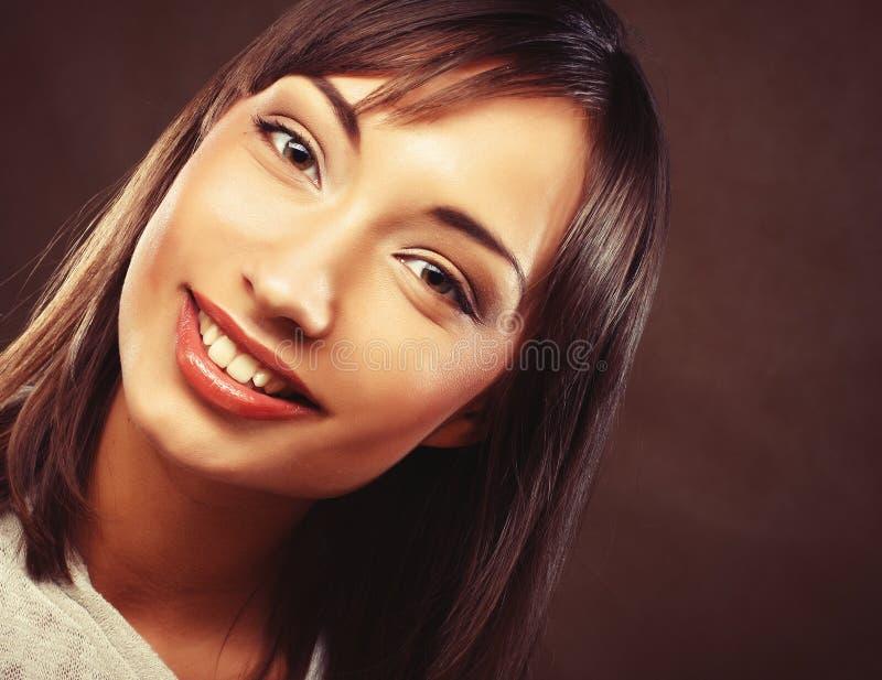 Retrato trigueno hermoso de la mujer imagenes de archivo
