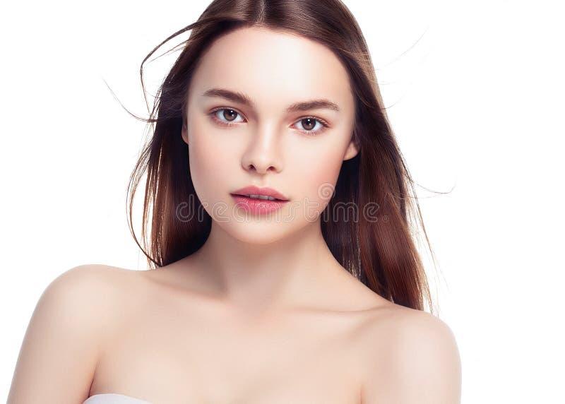 Retrato trigueno hermoso de la mujer con el pelo sano Fresco claro foto de archivo