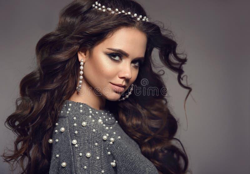 Retrato trigueno hermoso Sistema de las mujeres de la joyería de las perlas Maquillaje de la belleza Estilo de pelo largo rizado  foto de archivo libre de regalías
