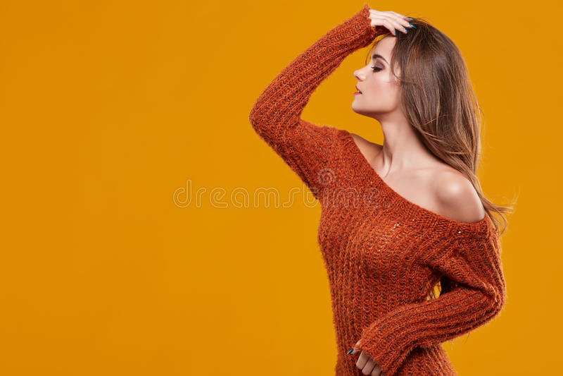 Retrato trigueno joven de la mujer en color del otoño fotografía de archivo