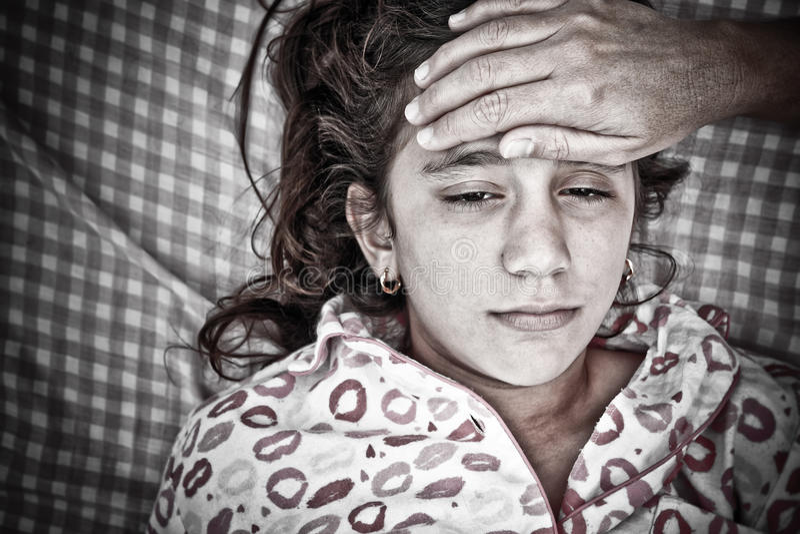 Retrato triste de um doente pequeno da menina com febre fotos de stock